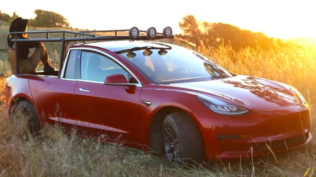 Takto vyzerá pickup Tesla, za ktorým stojí YouTuberka Simone