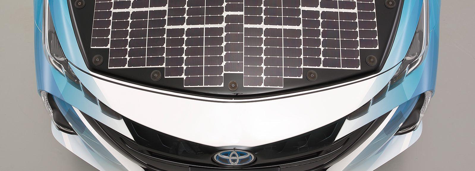 Solárny panel na kapote auta