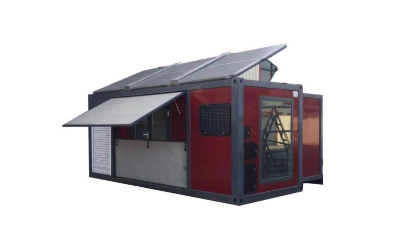 Malý domček so solárnym panelom