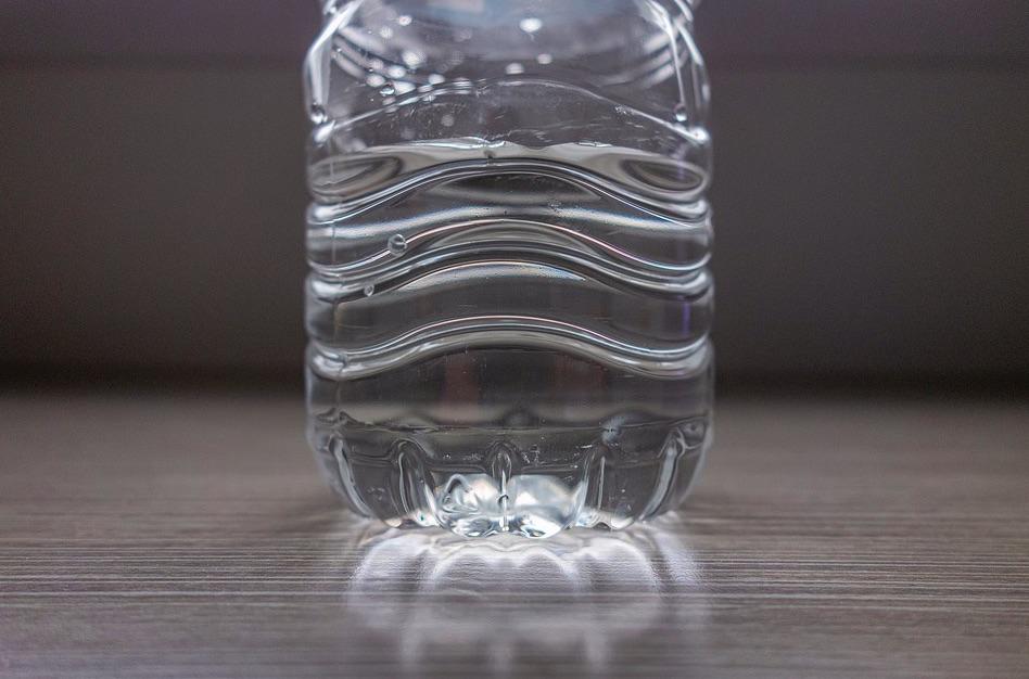 Voda v plastovej fľaši