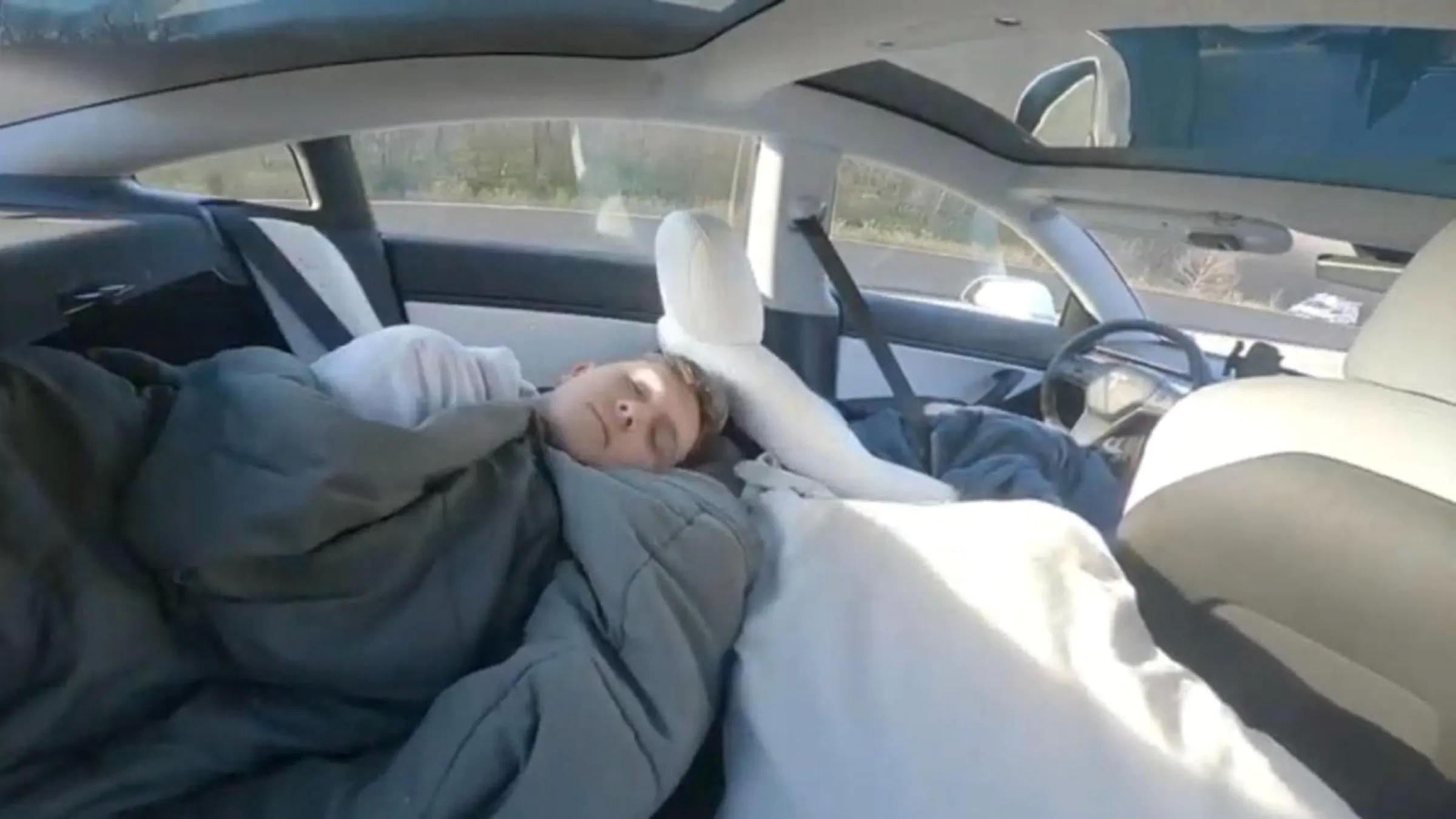 Spiaci chlapec v Tesla Model 3