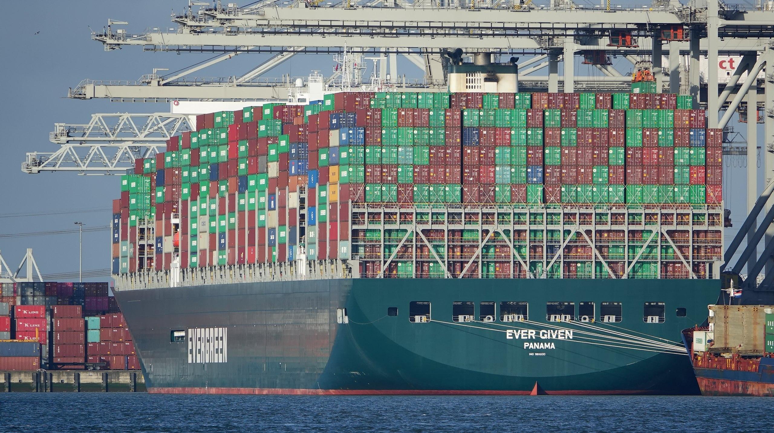 Loď Ever Given momentálne blokuje Suez.