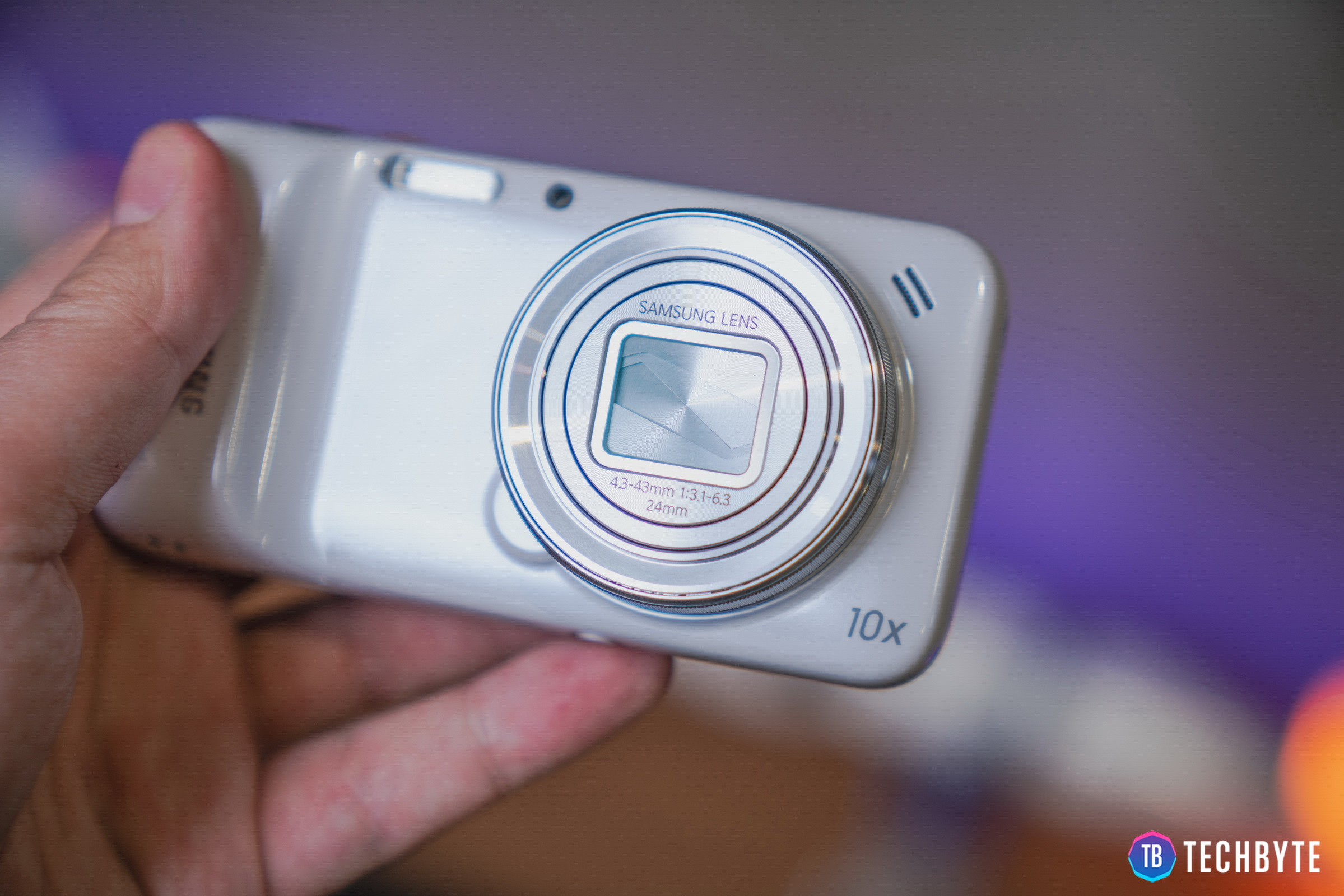 Samsung Galaxy S4 zoom patrí medzi unikáty, ktoré by ste dnes hľadali len veľmi ťažko. Čo všetko ponúkal tento hybrid z roku 2013?